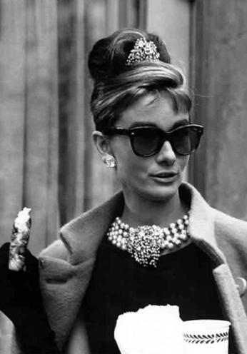 Audrey Hepburn em um dos intervalos das filmagens de Breakfast at Tiffany's, 1961.