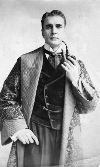 Retrato do ator William Gillete caracterizado como Sherlock Holmes, na primeira adaptação em longa metragem do personagem de Sir Athur Conan Doyle.